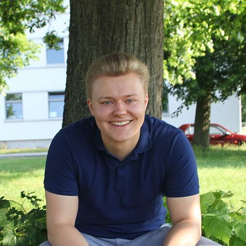 Ives vor einem Baum