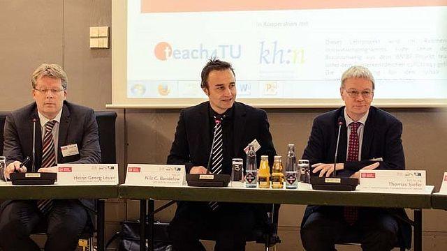 Science meets Politics: Heinz-Georg Leuer (links), Stadtbaurat der Stadt Braunschweig, Prof. Dr. Nils C. Bandelow (Mitte) und Prof. Dr.-Ing Thomas Siefer (Rechts), bei der Podiumsdiskussion.
