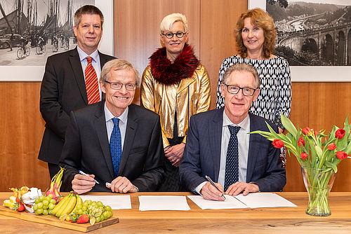 Prof. Dr. Rolf Radespiel und Prof. Dr. Henri G. C. Werij unterzeichnen den Kooperationsvertrag