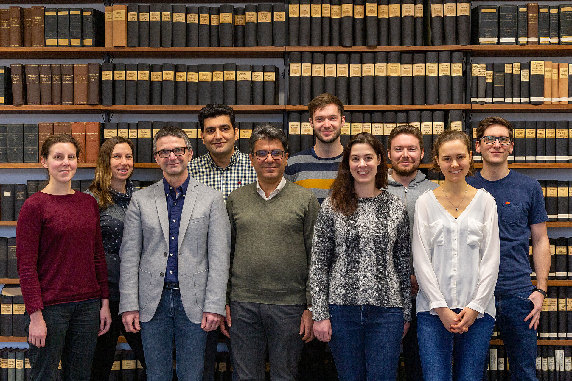 Gruppenfoto des Arbeitskreises Prof. Dr. Knut Baumann, aufgenommen in der alten Bibliothek.