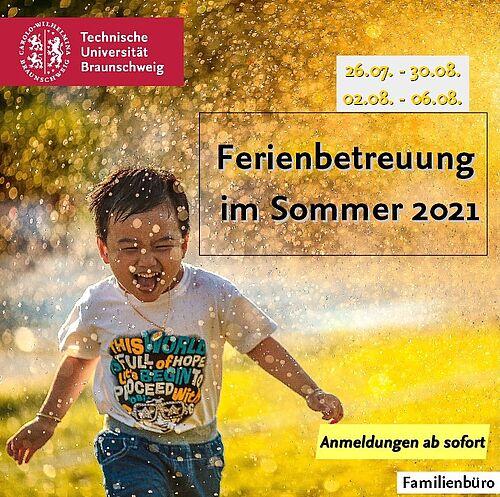 Kind läuft schreiend durch Wasser vom Rasensprenger