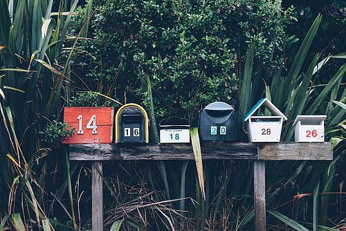Briefkästen nebeneinander