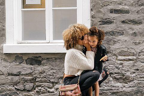 Flüstern ins Ohr - Mutter und Tochter